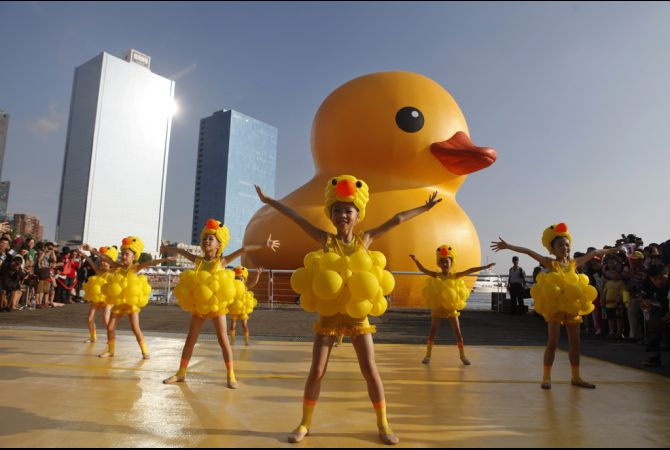 Giant Rubber Duck Thrills Taiwan